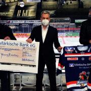 Über 2.700 Euro für den Nachwuchs: Trikotversteigerung der Märkischen Bank zu Gunsten der Young Roosters