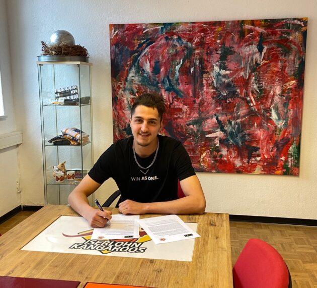 Elias Marei unterschreibt seinen ersten Vertrag!